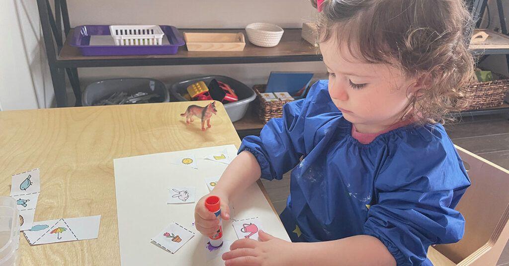 Actividad de pegamento para niños pequeños, preescolares, jardín de infantes, pegamento, barra de pegamento, actividad Montessori a los 2 años, 3 años de edad, bandeja de pegamento, estante Montessori, escuela en casa Montessori, Montessori en casa