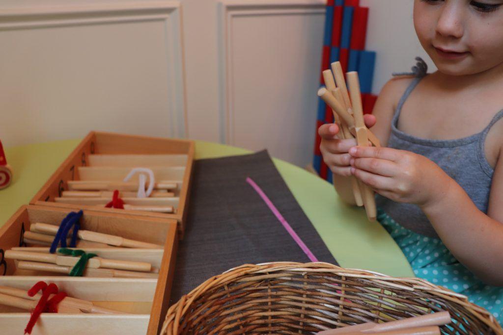 Husillos de madera Montessori para contar los niños que se colocarán en las cajas de los husillos.