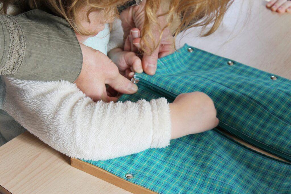 imagen de los beneficios montessori, habilidades prácticas para la vida.
