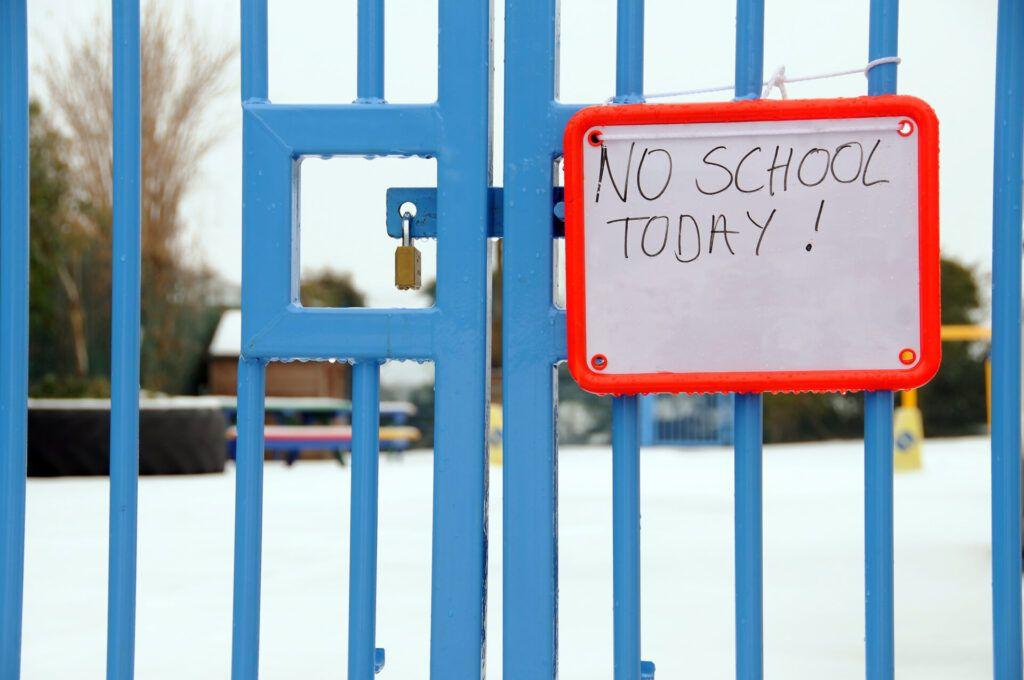 imagen de la puerta cerrada de la escuela Montessori.