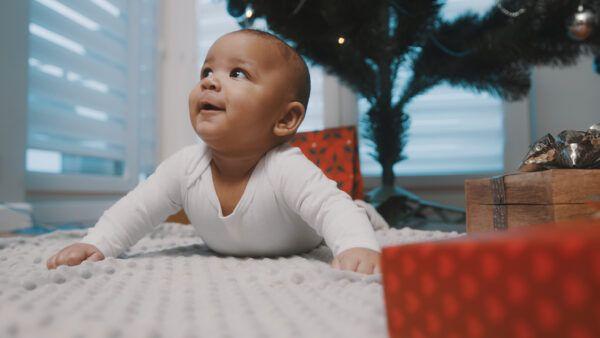 imagen de bebé feliz durante el tiempo boca abajo.