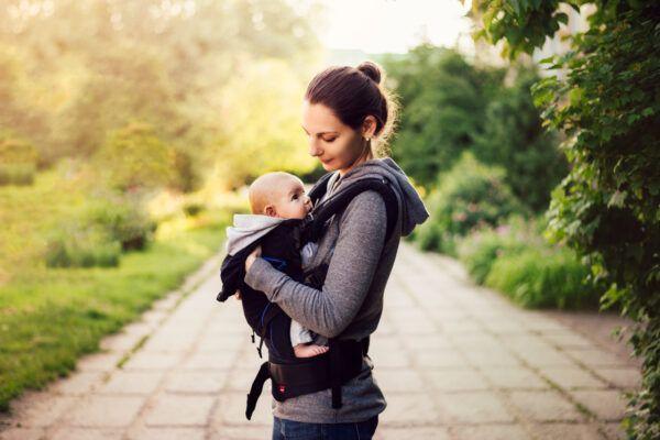 imagen de la madre con el bebé en el portabebés.