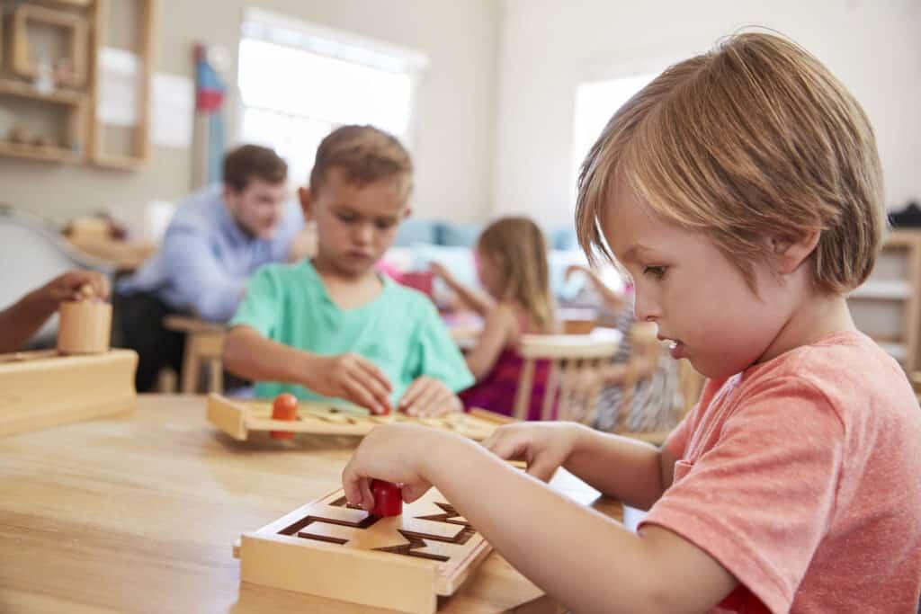 estudiante trabajando en la mesa en la escuela montessori