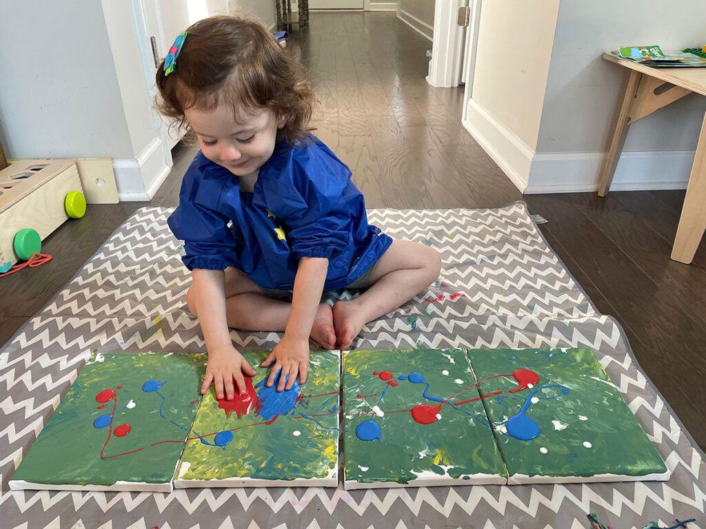 pintura a mano para niños, actividad para niños en edad preescolar Montessori, actividad para niños Montessori, arte, lienzo, pintura acrílica, segunda capa de pintura, mezcla de colores,