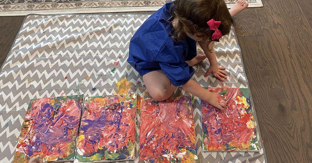 pintura a mano para niños, actividad de niños en edad preescolar Montessori, actividad de niños Montessori, arte, lienzo, pintura acrílica, la cuarta capa de pintura, mezcla de colores, rosa
