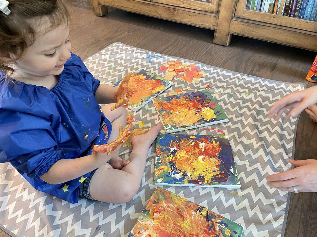 pintura a mano para niños, actividad para niños en edad preescolar Montessori, actividad para niños Montessori, arte, lienzo, pintura acrílica, tercera capa de pintura, mezcla de colores, papel de seda
