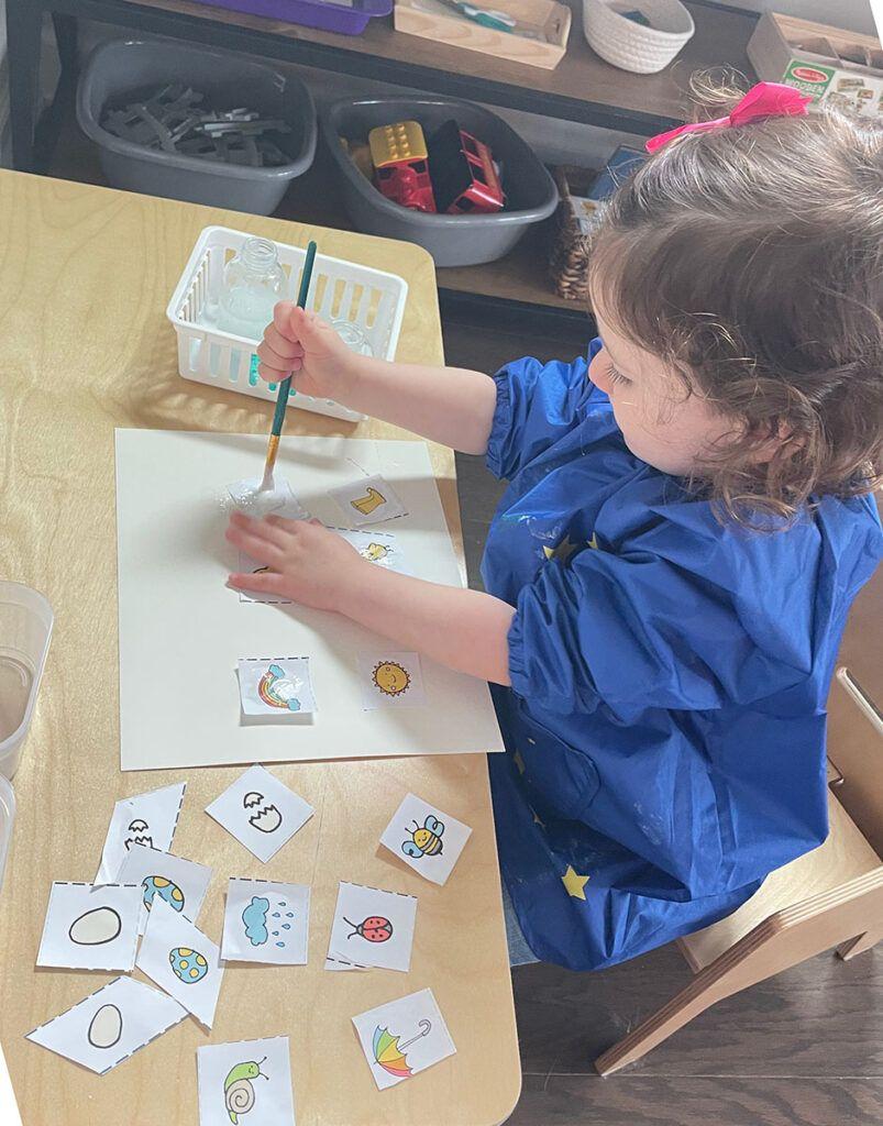 Actividad de pegamento para niños pequeños y preescolares, pegamento, bandeja de pegamento, actividad Montessori, 2 años, 3 años, 4 años, jardín de infantes, tiras cortadas