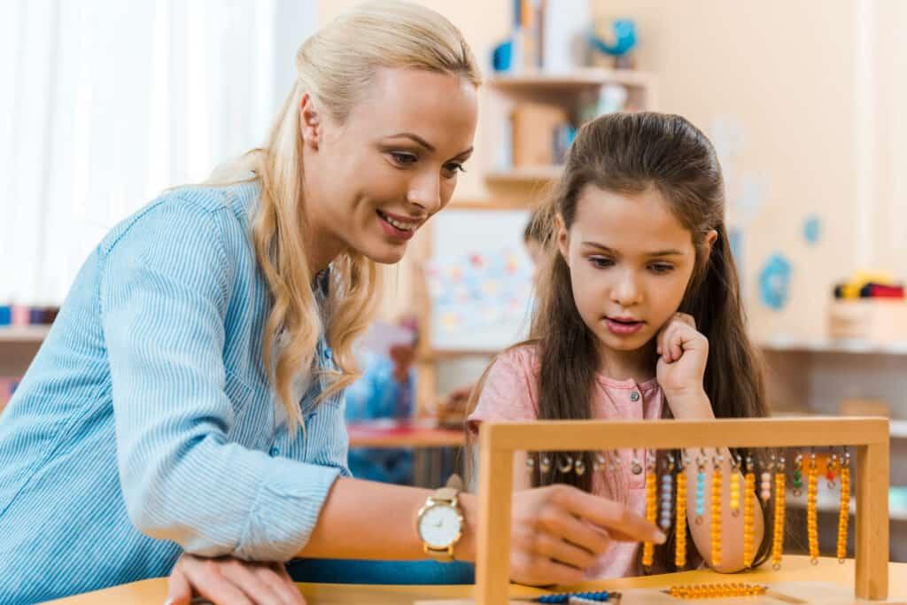 Cómo enseñar matemáticas con cuentas Montessori - Montessori for today 1