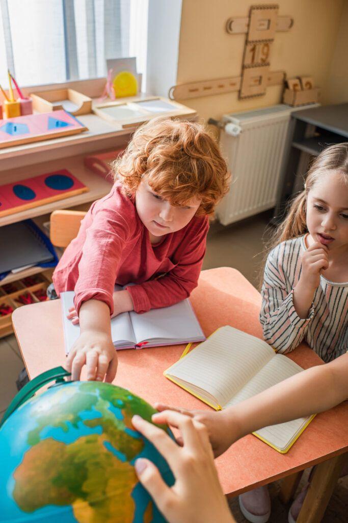 imagen de niños participando en lecciones de 3 períodos en Montessori.