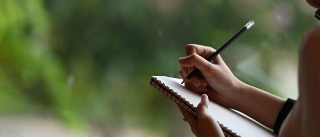 imagen de una mujer haciendo un registro de observación Montessori.