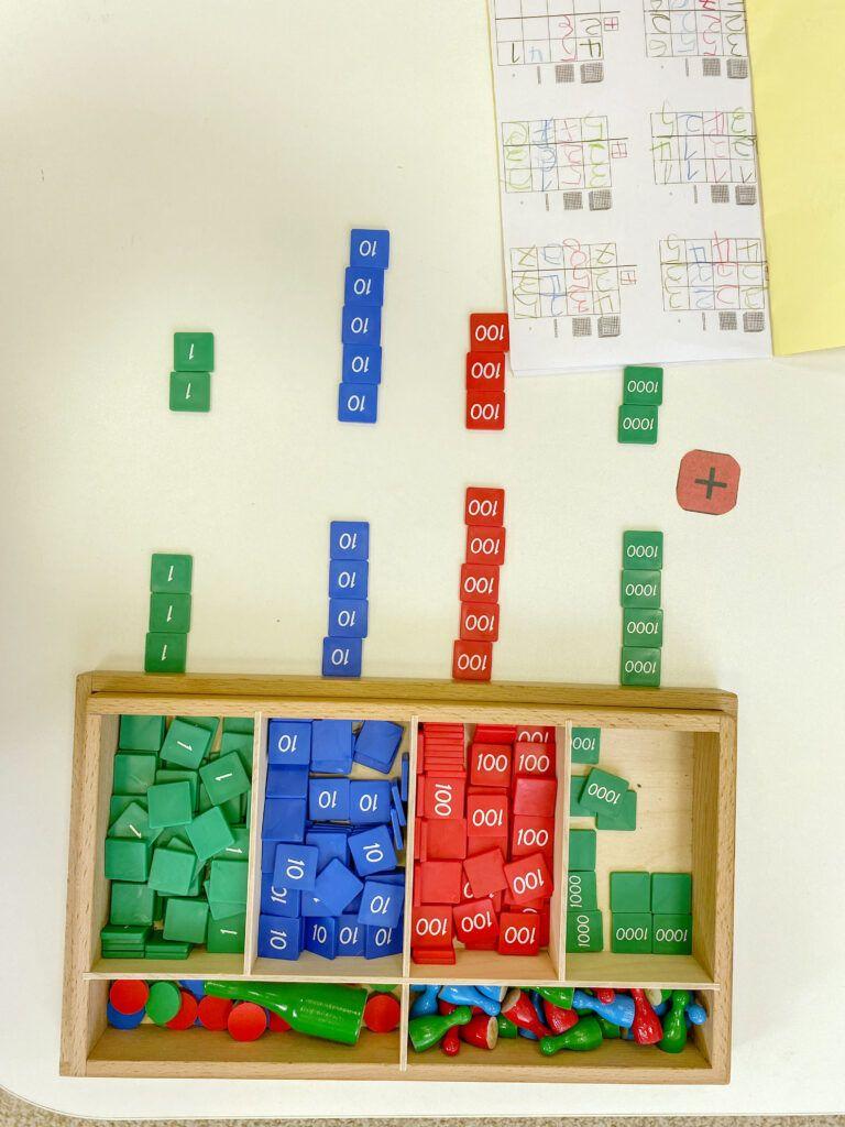 imagen de los materiales matemáticos del juego de sellos Montessori.