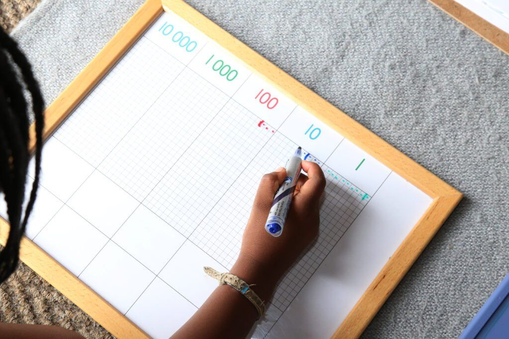 imagen de un niño jugando al juego de puntadas Montessori.