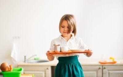 Cómo enseñar a un niño a llevar una bandeja: la mamá con mentalidad Montessori