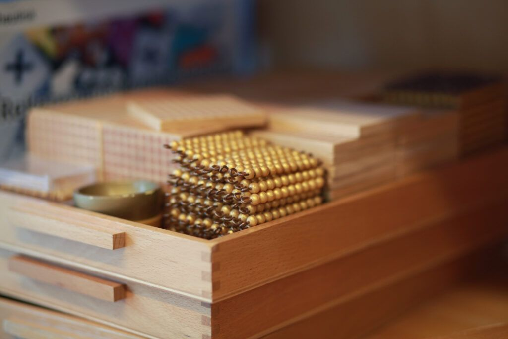 imagen del material de cuentas de oro Montessori, que se utiliza en el juego de engranajes o en el juego de intercambio.