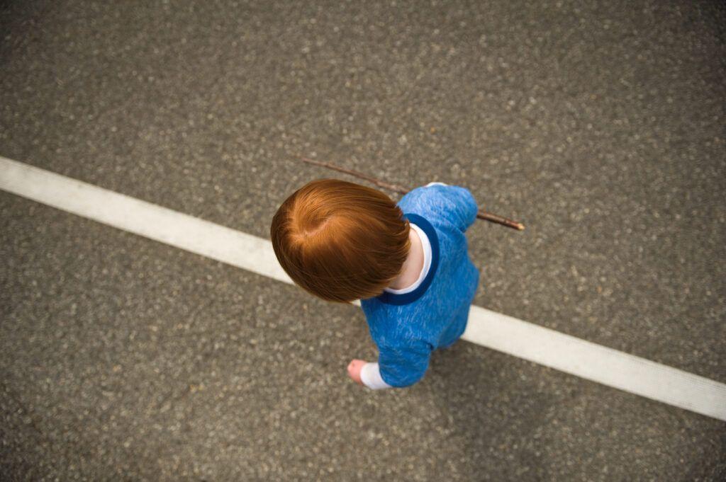 imagen de un niño caminando en la línea de estilo Montessori.