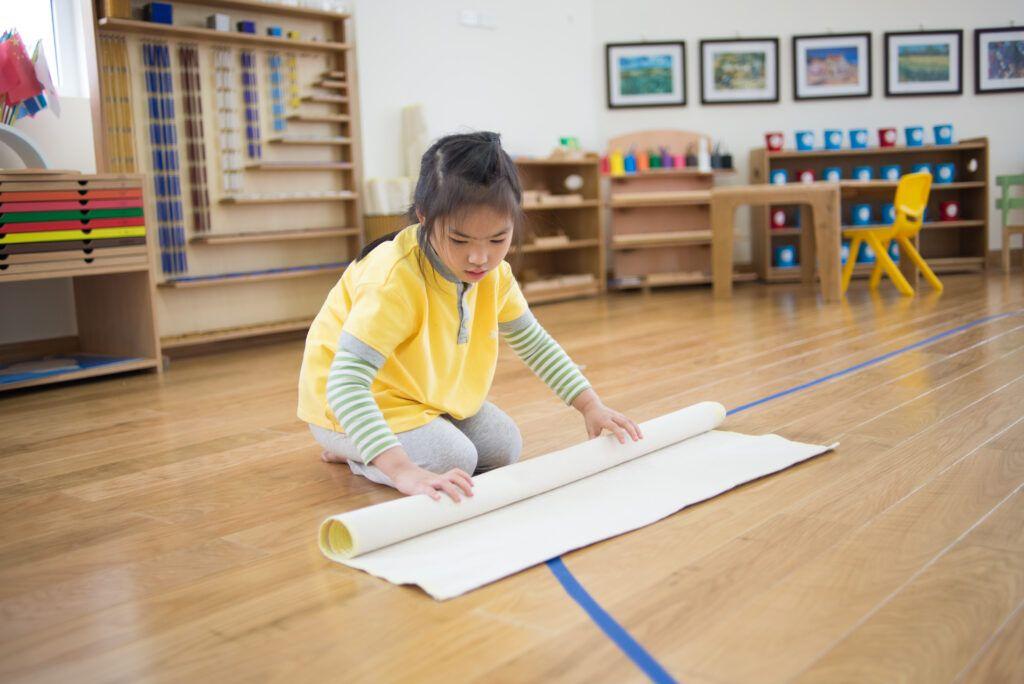 imagen de un niño en un aula Montessori para preparar un ciclo de trabajo Montessori.