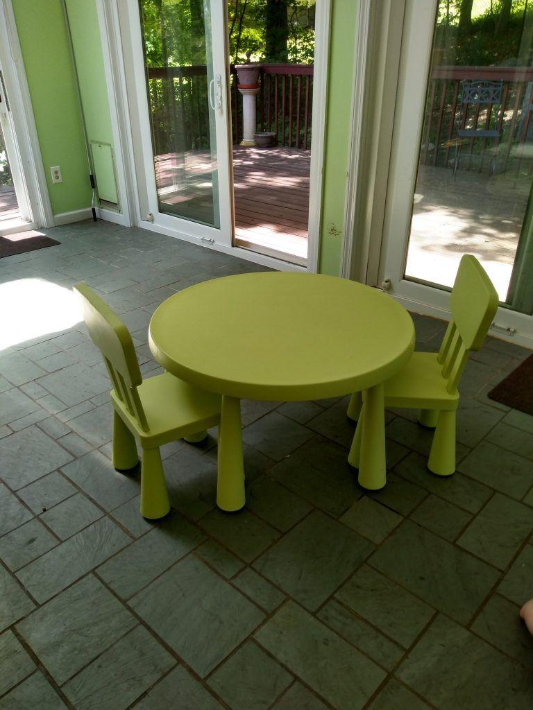 Mesa infantil Ikea para niños en la sala de juegos Montessori vacía.