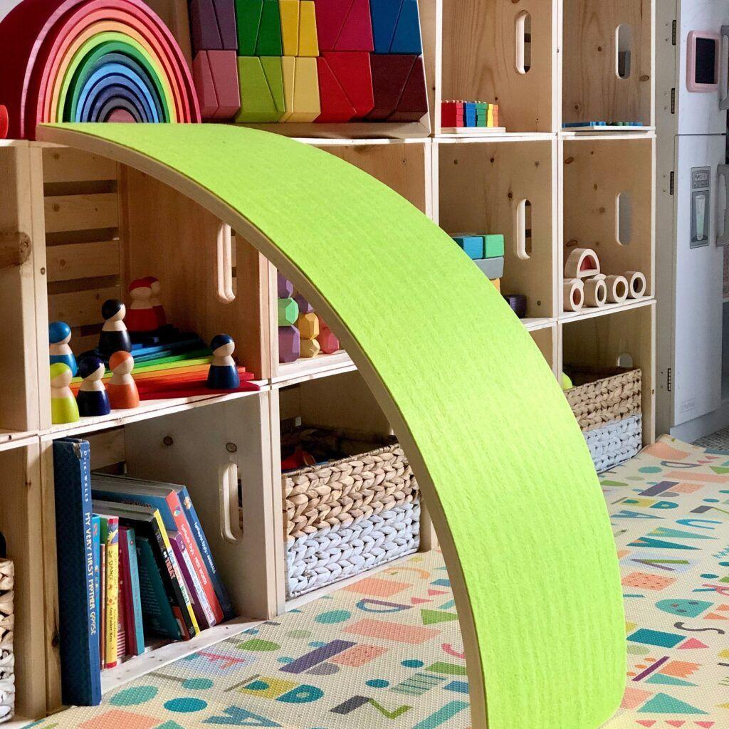 imagen de la escala de nuez verde.  contra el estante de juguetes.
