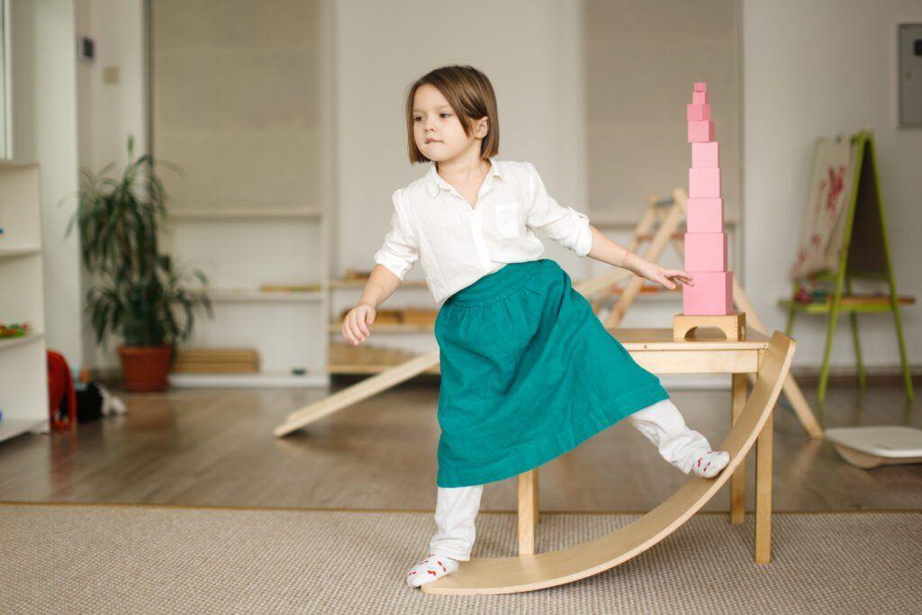 imagen de un niño jugando en una escala montessori.