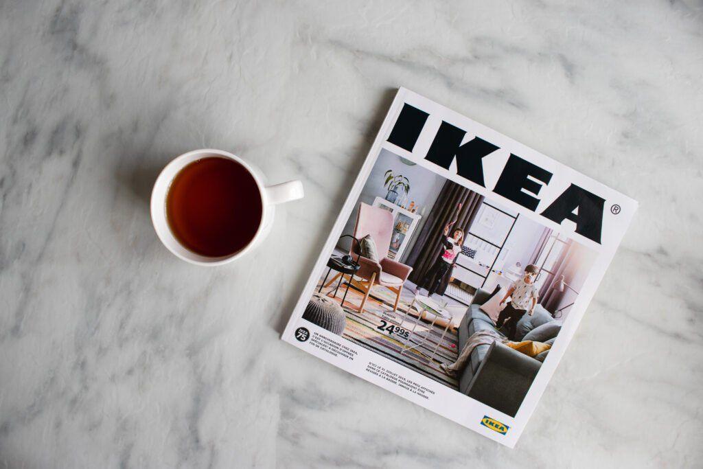 imagen de la taza junto al catelog de ikea para compras montessori.
