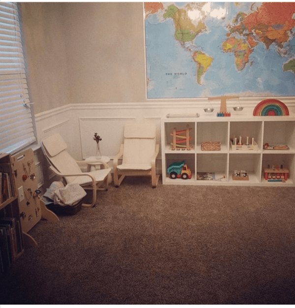 un espacio de juego ordenado para niños con estantes abiertos y muebles para niños es una forma de comenzar con Montessori en su hogar.